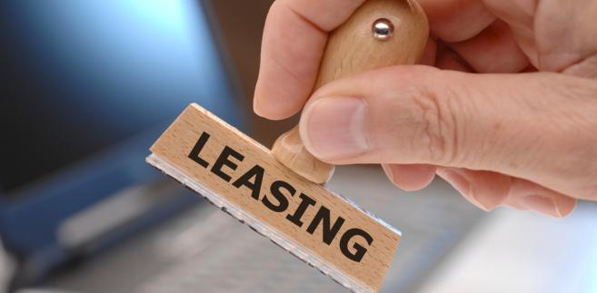 Leasing zwrotny polega na tym, że leasingobiorca uprzednio sprzedaje firmie leasingowej własny środek trwały, a następnie przystępuje do umowy leasingu, na podstawie której nadal korzysta z tego środka trwałego.